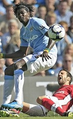 Adebayor tackle Cesc_0