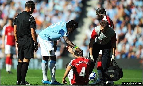 Adebayor tackle Cesc